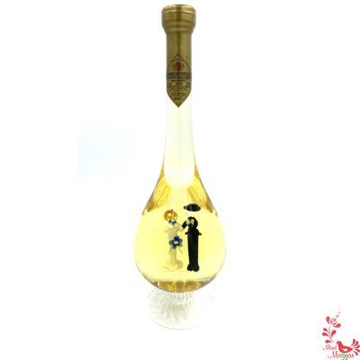 Különleges boros üveg ifjú párral